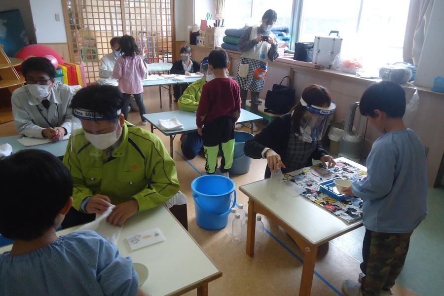 2.出前授業の実施:紙工作体験として紙すきを実施しました。