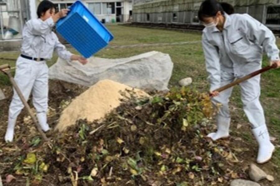 エコビレッジ部活動 南砺福野高校では剪定枝や落ち葉を使って堆肥を作ります
