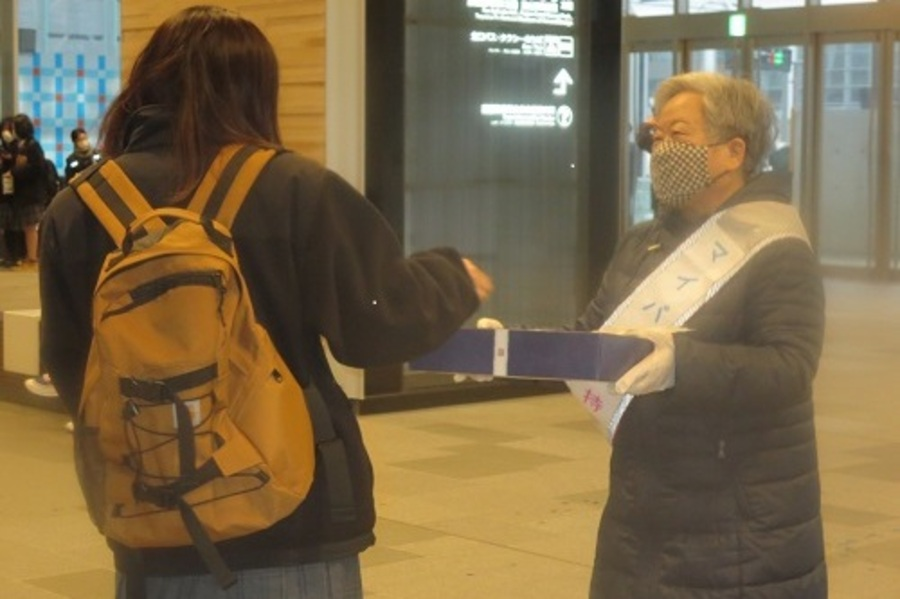 富山駅周辺でマイバッグ持参啓発活動を実施しました。