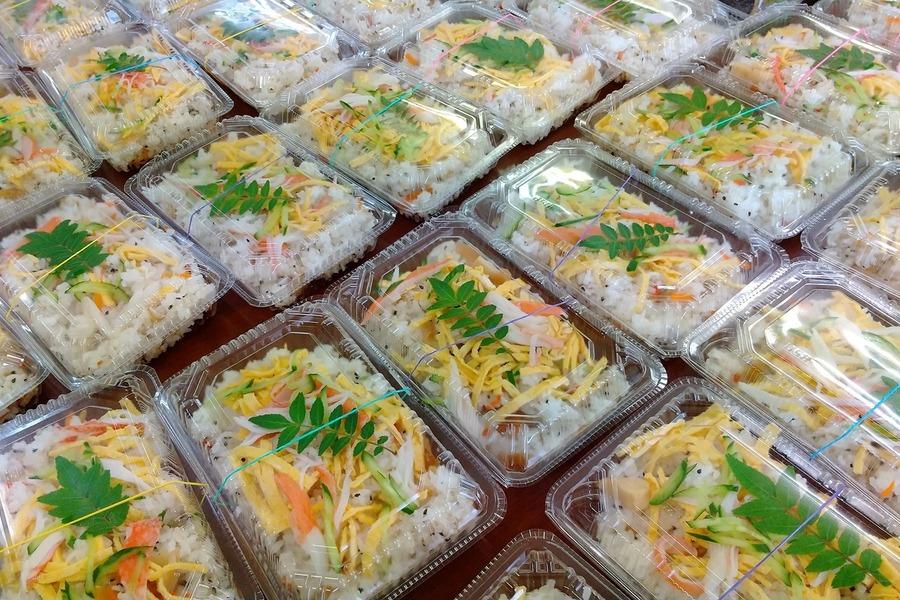 炊き出しのお手伝いにも参加しています、この日は感染症拡大防止の為お弁当の配布準備でした。