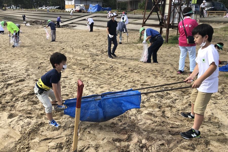 【海岸清掃】プラネットで砂をこしている様子