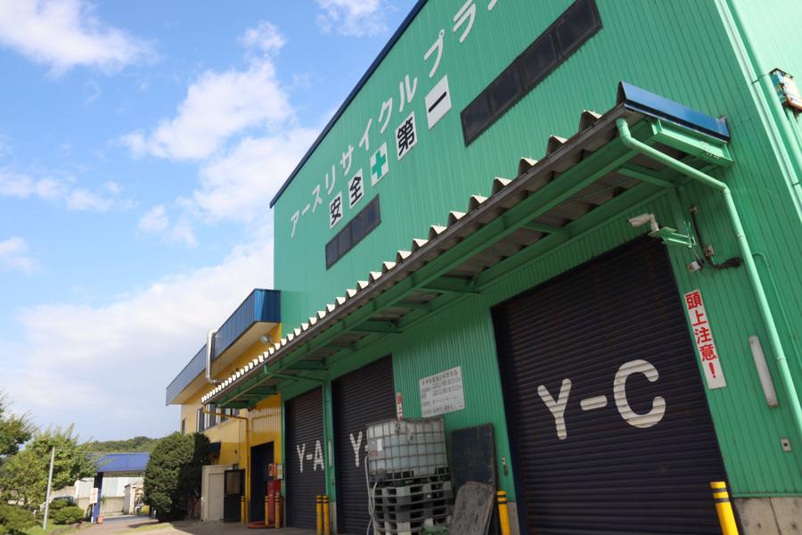 廃棄物処理施設;シャッターにより廃棄物を扱う空間を隔離しています。