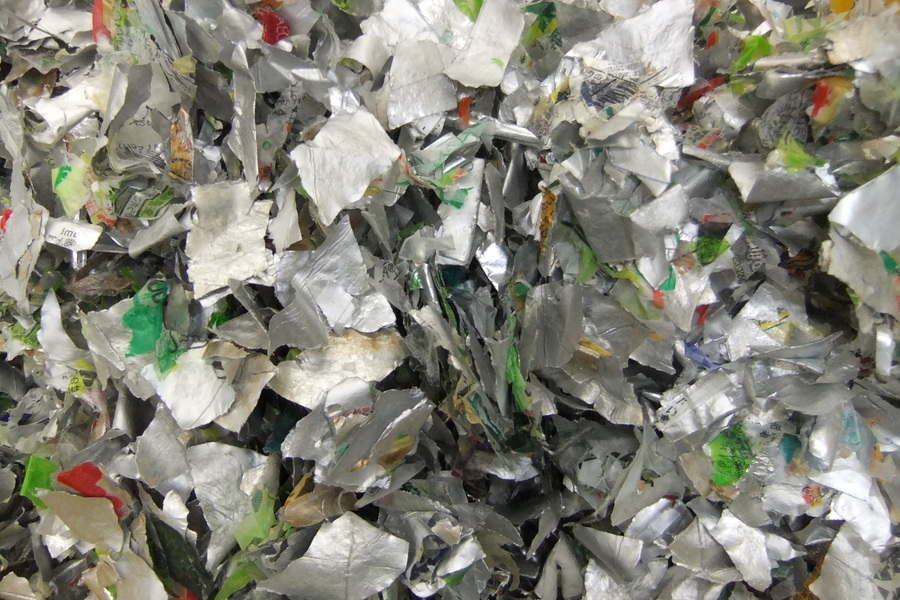 銀色の家庭ゴミの多くはアルミでできています