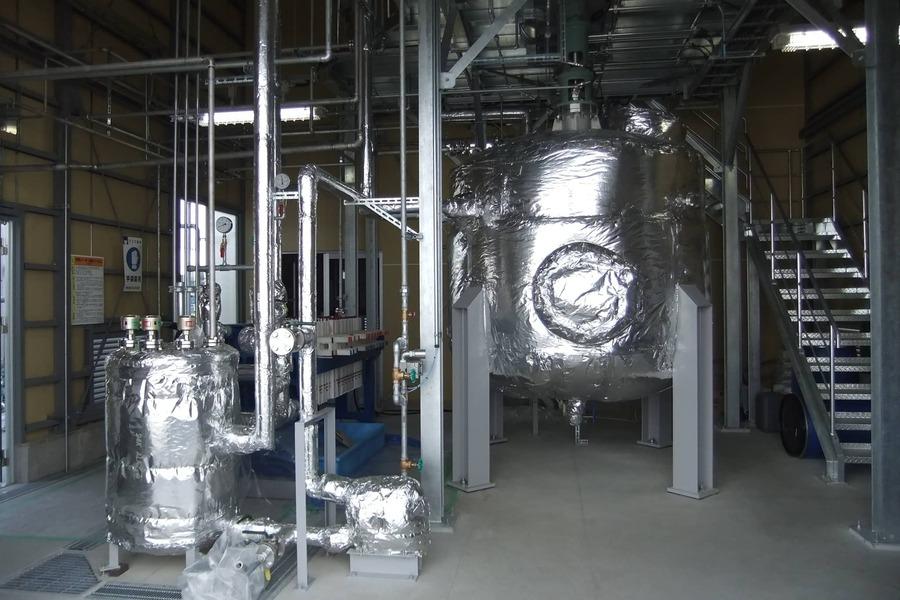 アルミに特殊な液体をかけて水素を生み出します